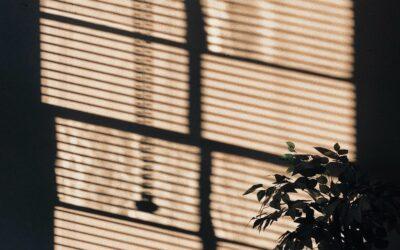 Undgå indtrængende lys med mørklægningsgardiner